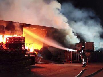 Se incendia una fábrica de palets en Elche y el fuego provoca el derrumbe del techo