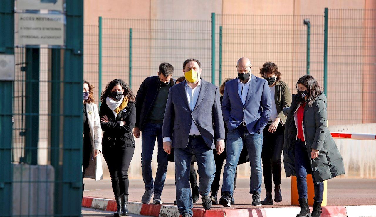 "El presidente de ERC, Oriol Junqueras, junto a otros seis presos del ""procés"" que cumplen condena en la cárcel barcelonesa de Lledoners"