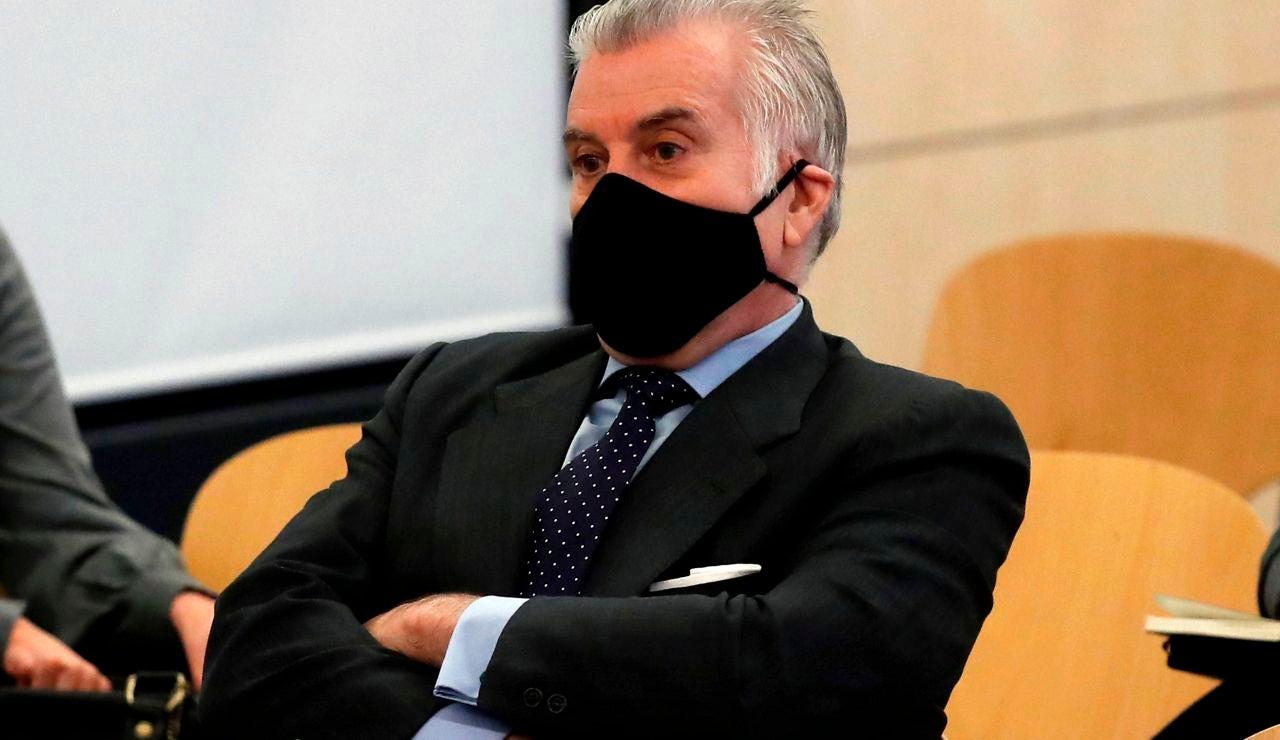 """Luis Bárcenas en el banquillo de los acusados durante la primera sesión del juicio de los """"papeles de Bárcenas"""""""