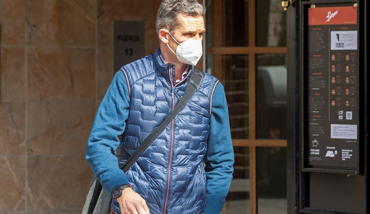 Iñaki Urdangarin sale del despacho de abogados de Vitoria en el que trabaja como consulto
