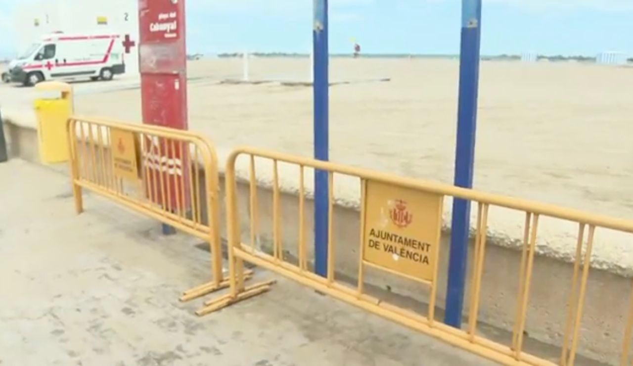 Vallas en la playa de Valencia para cerrarlas en la noche de San Juan.