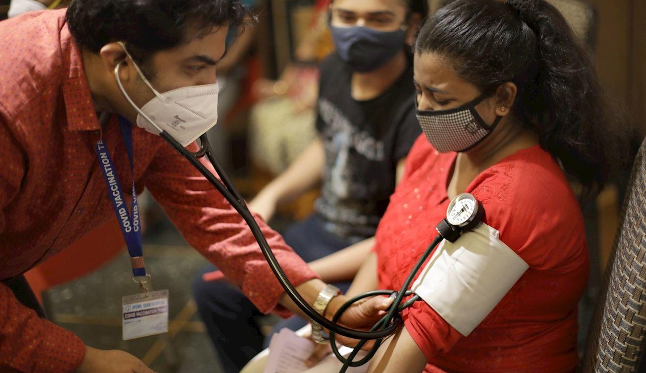 Centro de vacunación en Calcuta, India.