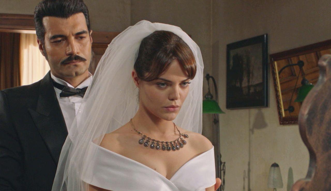 """Los problemas pondrán a prueba el amor incondicional de Züleyha y Yilmaz en 'Tierra Amarga': """"¿Y si Demir se interpone entre nosotros?"""""""