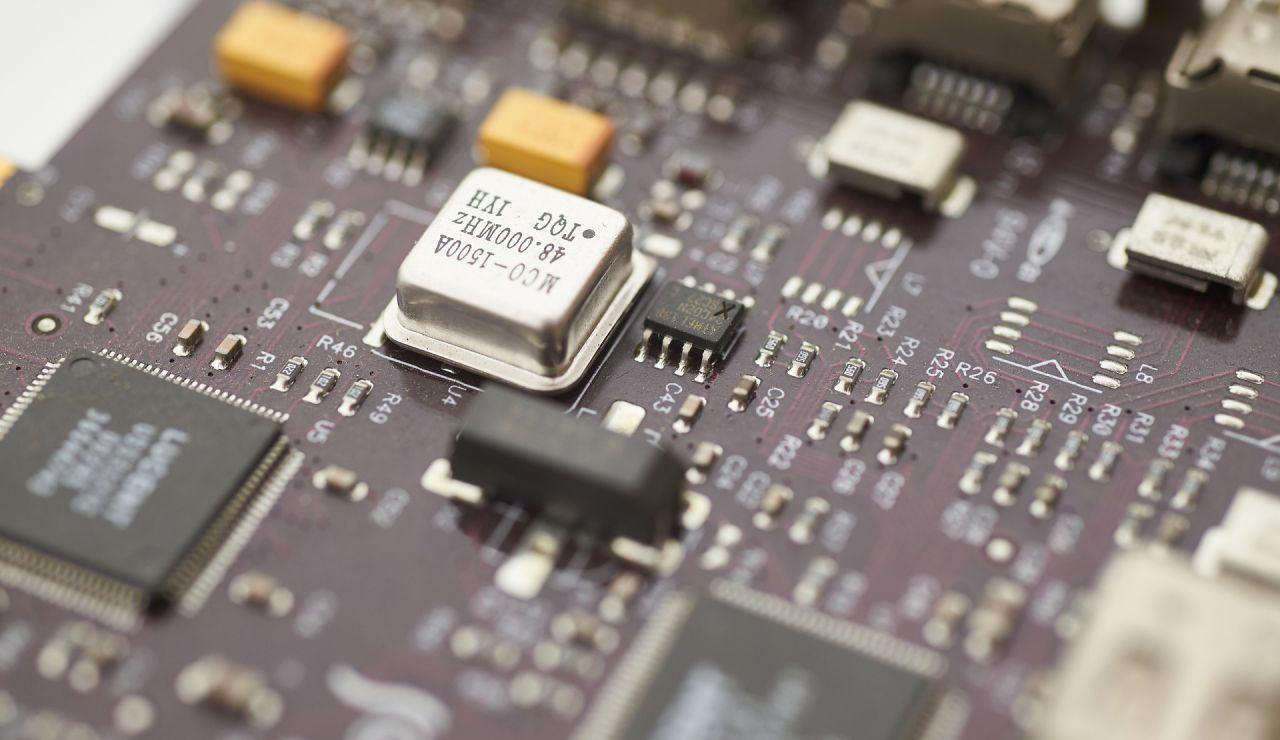Chips y microchips sobre una base.