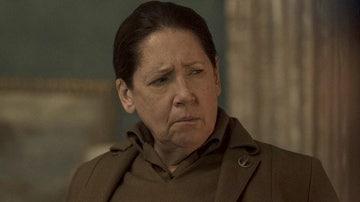 Ann Dowd como tía Lydia en 'El cuento de la criada'