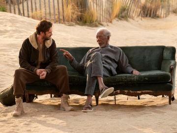 Morgan Freeman y Dan Stevens en 'Solos'