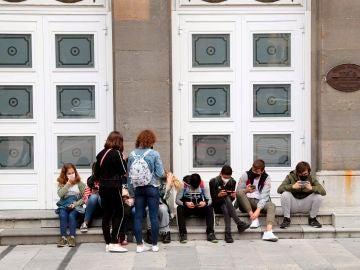 Un grupo de jóvenes con mascarilla a la entrada del Teatro Campoamor en Oviedo.