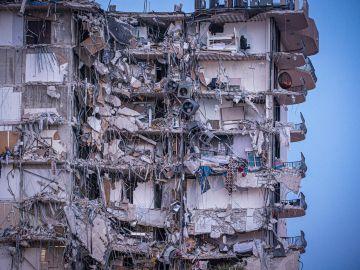 Más de 50 desaparecidos y un muerto tras el derrumbe de un edificio de 12 plantas en Miami