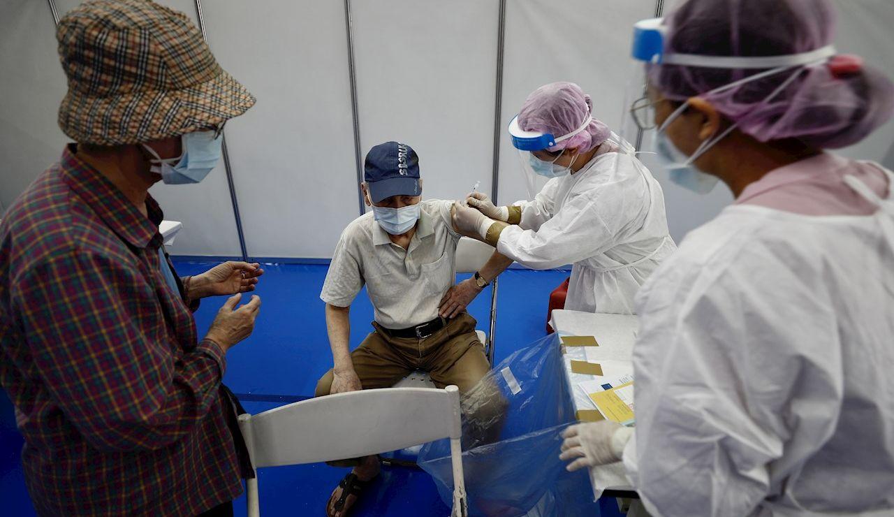 Centro de vacunación contra el coronavirus en China