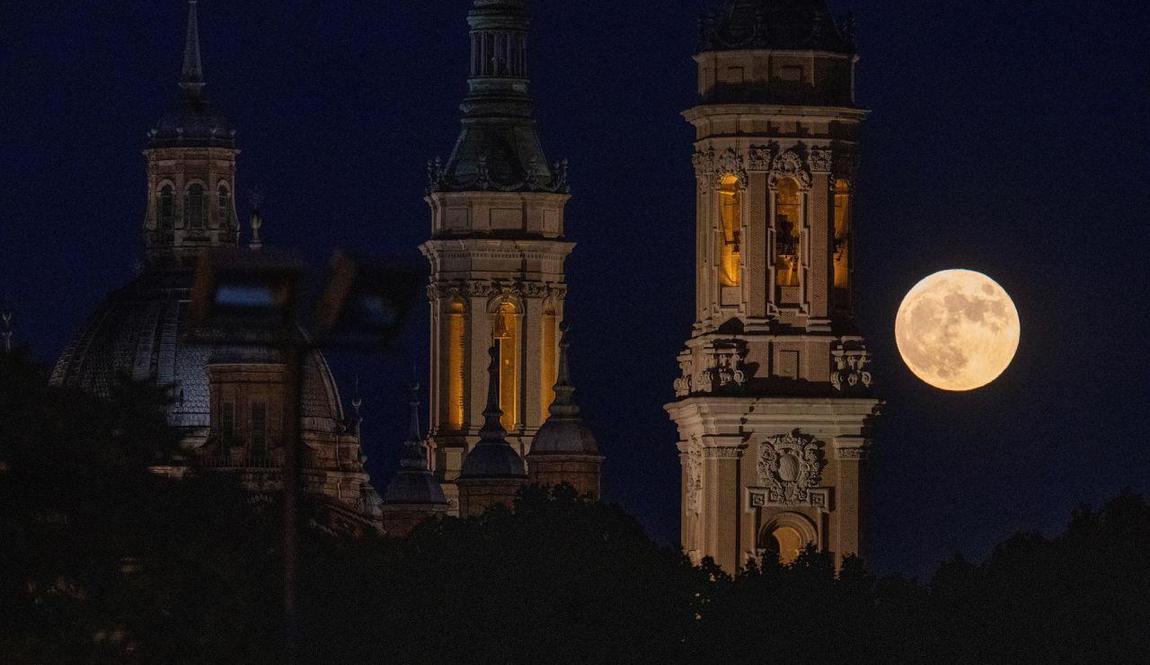 Última superluna de 2021 vista sobre Zaragoza, y debido a la posición del satélite respecto a la Tierra su apreciación es diferente: más grande y más brillante.
