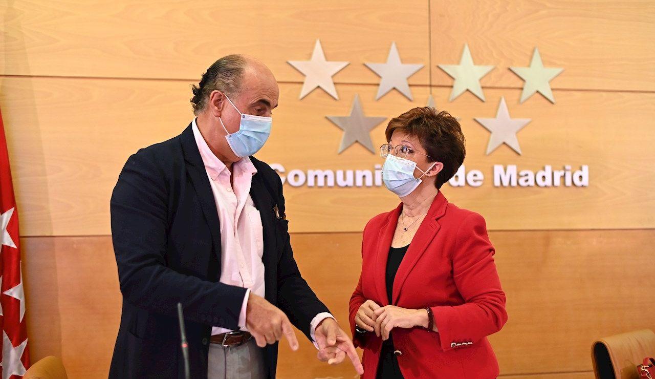 MADRID, 25/06/2021.- El viceconsejero de Salud Pública y Plan COVID-19 de la Comunidad de Madrid, Antonio Zapatero, conversa con la directora general de Salud Pública, Elena Andradas