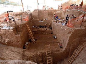 Vista de la sección profunda durante la excavación en Nesher Ramla, yacimiento en Israel donde se han hallado restos fósiles (un fragmento de hueso parietal de un cráneo y una mandíbula casi completa) de unos 130.000 años