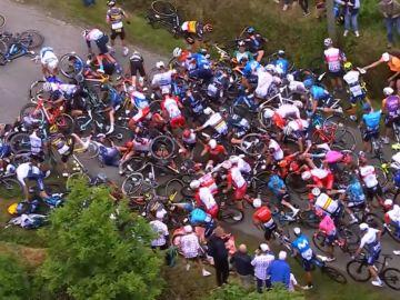 Caída masiva en el pelotón del Tour de Francia por culpa de la pancarta de un espectador