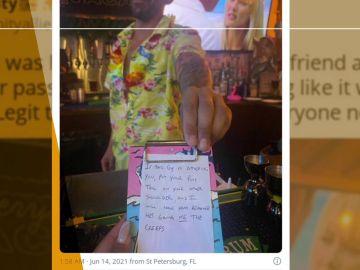 Un camarero libra a dos clientas del acoso de otro comensal gracias a una ingeniosa nota