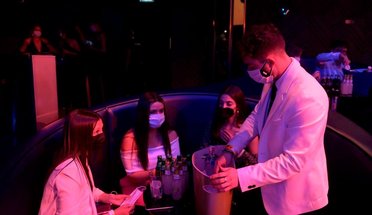 Unas jóvenes en una discoteca
