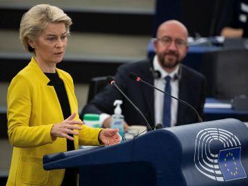 La presidenta de la Comisión Europea (CE), Ursula von der Leyen y el presidente del Consejo, Charles Michel, en el Parlamento de Estrasburgo este miércoles