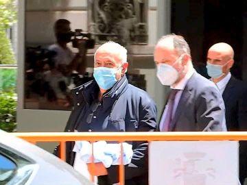 Captura de vídeo que muestra al productor José Luis Moreno (i) a su salida de la sede de la Audiencia Nacional, este jueves en Madrid