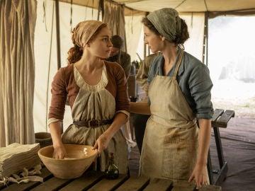 Sophie Skelton y Caitriona Balfe como Brianna y Claire Fraser en 'Outlander'