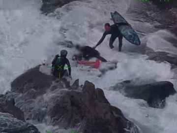 Graban el peligroso rescate a un surfista en un acantilado de una playa de Nueva Zelanda