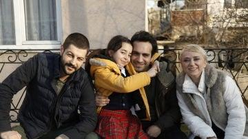 Serhat Teoman, Beren Gökyildiz, Buğra Gülsoy y  Elif Verit