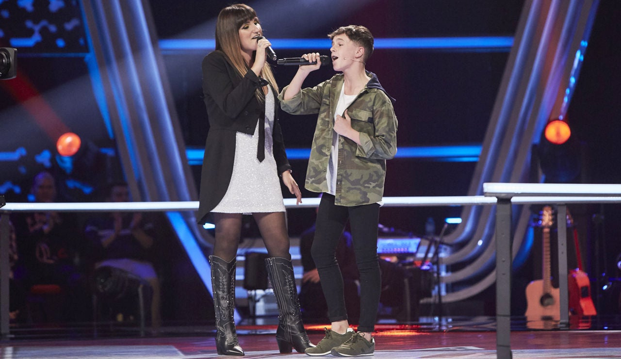 Rozalén canta con Alberto Negredo una versión muy emotiva de 'Comiéndote a besos' en 'La Voz Kids'