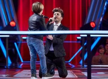 Blas Cantó une su voz a Jesús Montero para cantar 'Complicado' en 'La Voz Kids'