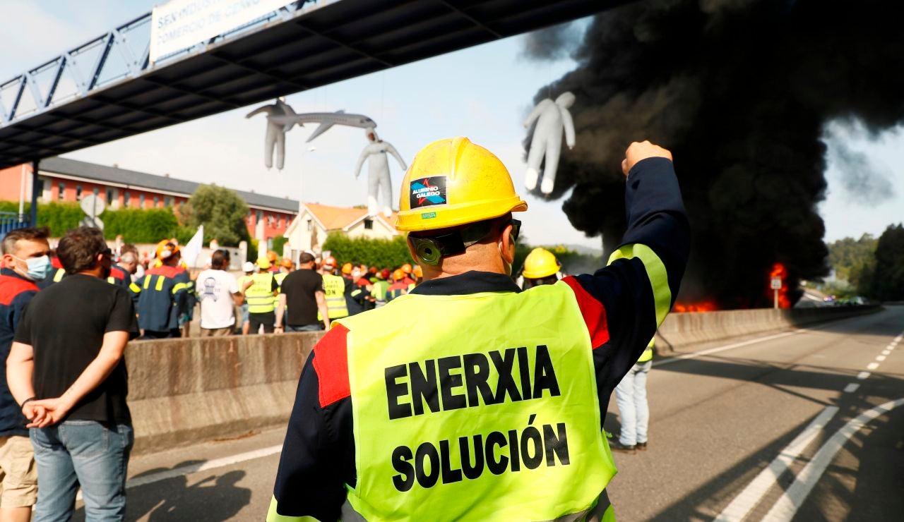 Trabajadores del complejo industrial de Alcoa en San Cibrao (Lugo) se manifiestan