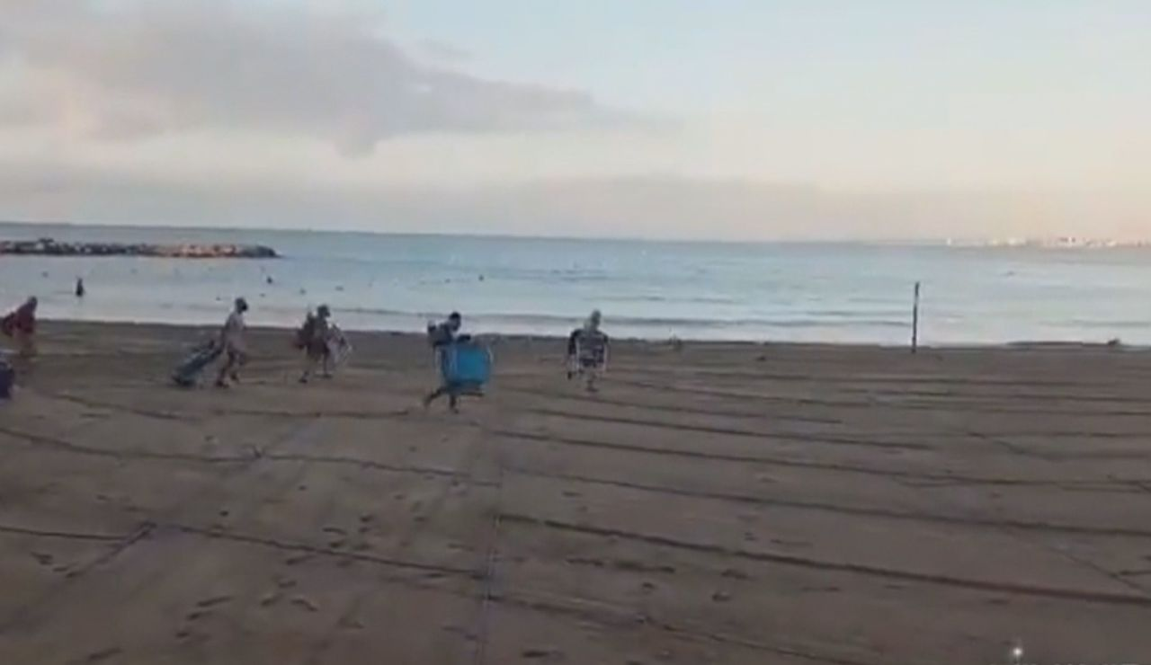 Gente corriendo en la playa Torrevieja