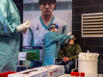 Sanitarios realizan pruebas PCR en los campos de sport de El Sardinero.