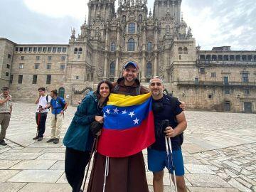 El sacerdote que fue modelo, arrasa en las redes y se tatúa al terminar el Camino de Santiago