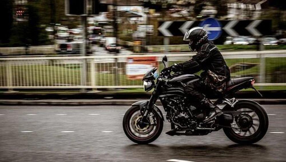 Conducción temeraria: Una moto pasa entre dos coches, se salta una línea continua y desobedece a las órdenes de un agente en Cataluña