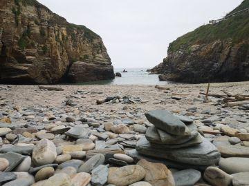 Hitos, formación de piedras en la Playa das Catedrais, Lugo