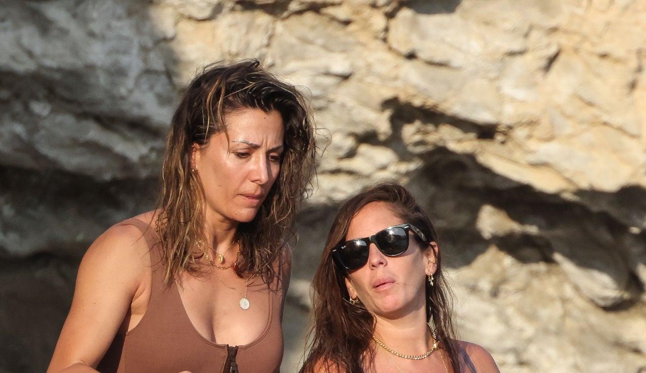 Anabel Pantoja y Nagore Robles, en Ibiza