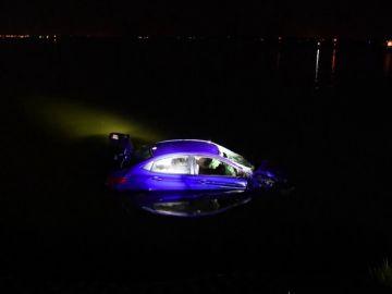 El angustioso rescate de unos policías en Australia a una conductora que salió de la carretera y cayó al río