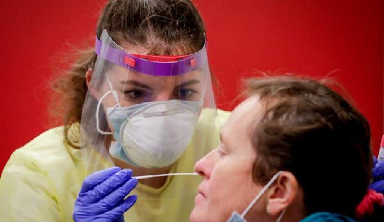 Una enfermera realiza una PCR