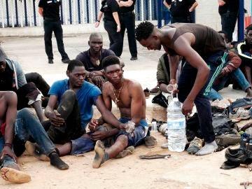 Un grupo de inmigrantes subsaharianos aguardan tras conseguir saltar la valla fronteriza de Melilla este jueves