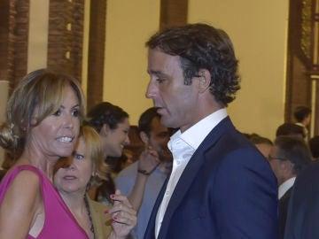 Lara Dibildos y Álvaro Muñoz Escassi, en la Comunión de su hijo