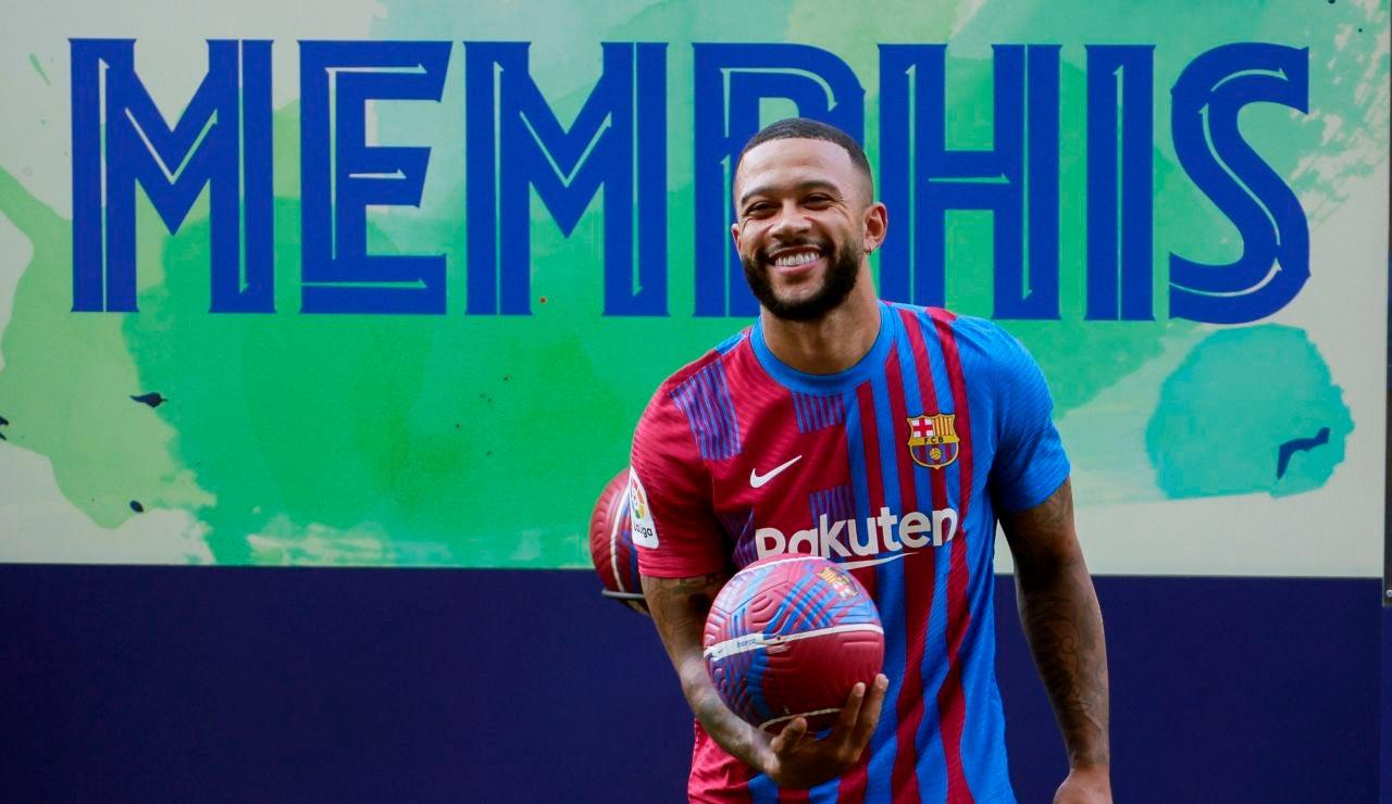 Memphis Depay posa como jugador del FC Barcelona en el Camp Nou