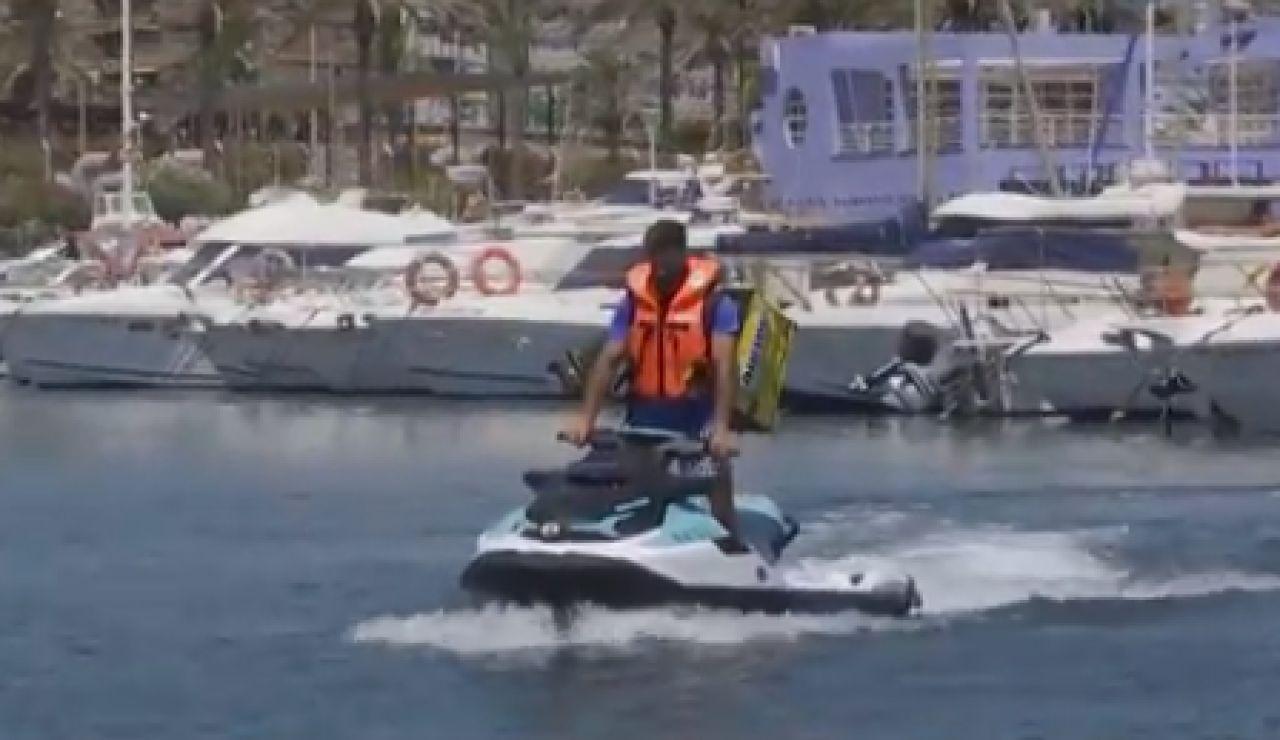 Los 'riders del mar' triunfan en Almería y reparten pizzas a los barcos con motos acuáticas