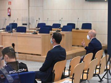 La Audiencia Nacional absuelve a los dos Mossos que acompañaban a Carles Puigdemont cuando fue detenido