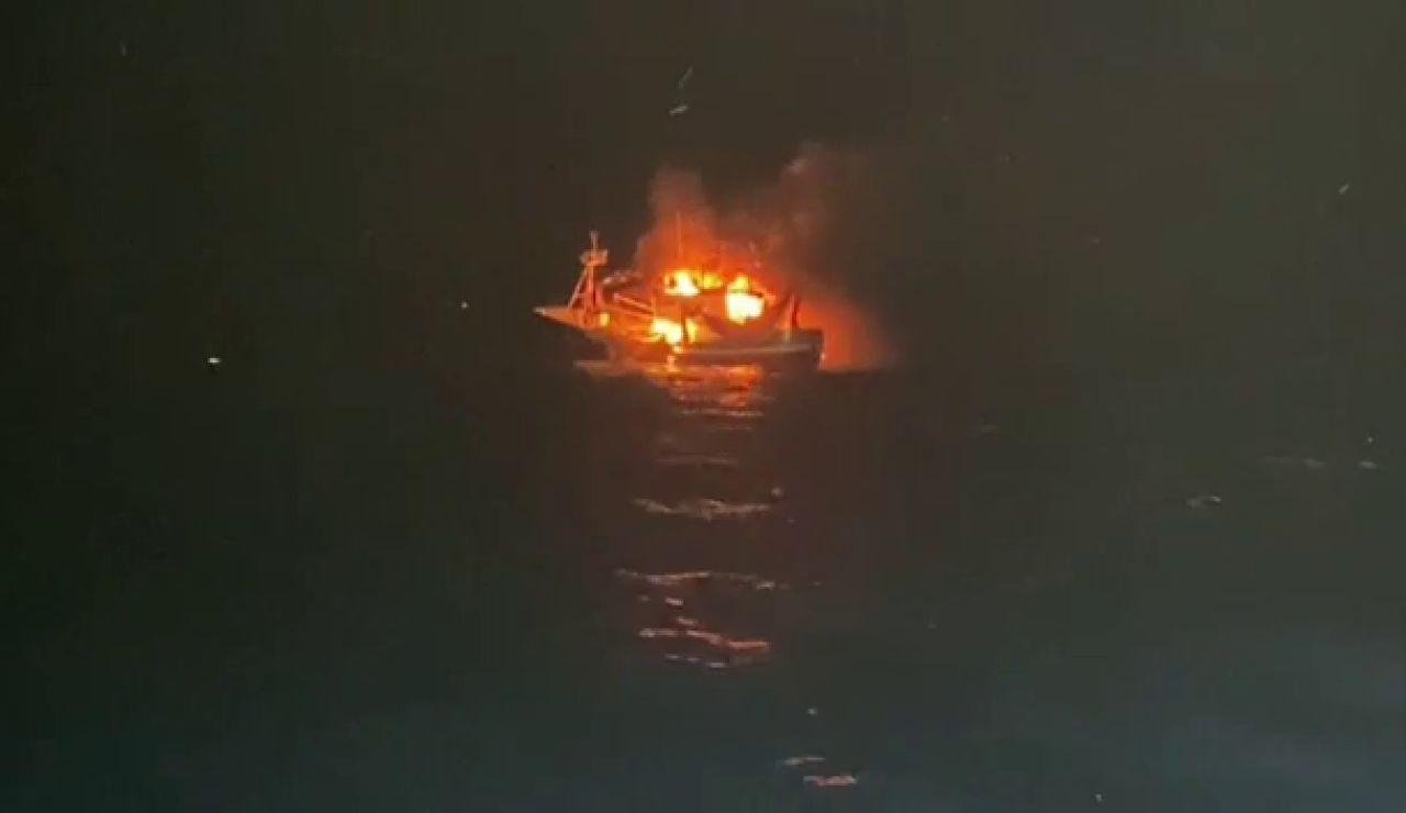 El pesquero santoñés Siempre al Alba se incendia y rescatan a los once marineros de la tripulación