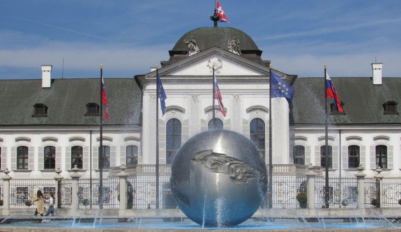 Los antidisturbios desalojan el acceso al Parlamento de Eslovaquia de radicales en contra de las medidas anti covid