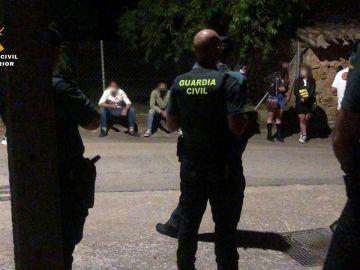 La Guardia Civil desaloja un local en Fuenmayor (La Rioja) que se anunciaba como discoteca en Internet.