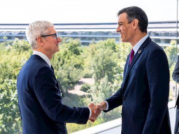 El Presidente del Gobierno, Pedro Sánchez (d) y el director ejecutivo de APPLE, Tim Cook, durante la reunión que han tenido hoy viernes en el APPLE PARK, en Cupertino, California