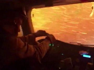 Las imágenes de un camión de bomberos atravesando un incendio forestal en Nevada