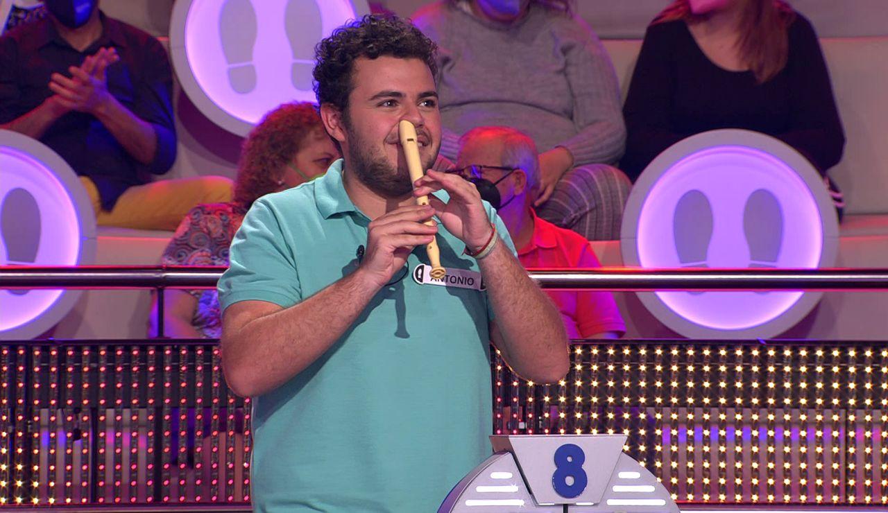 Un concursante toca una sevillana a flauta dulce… ¡con perreo incluido de Arturo Valls!