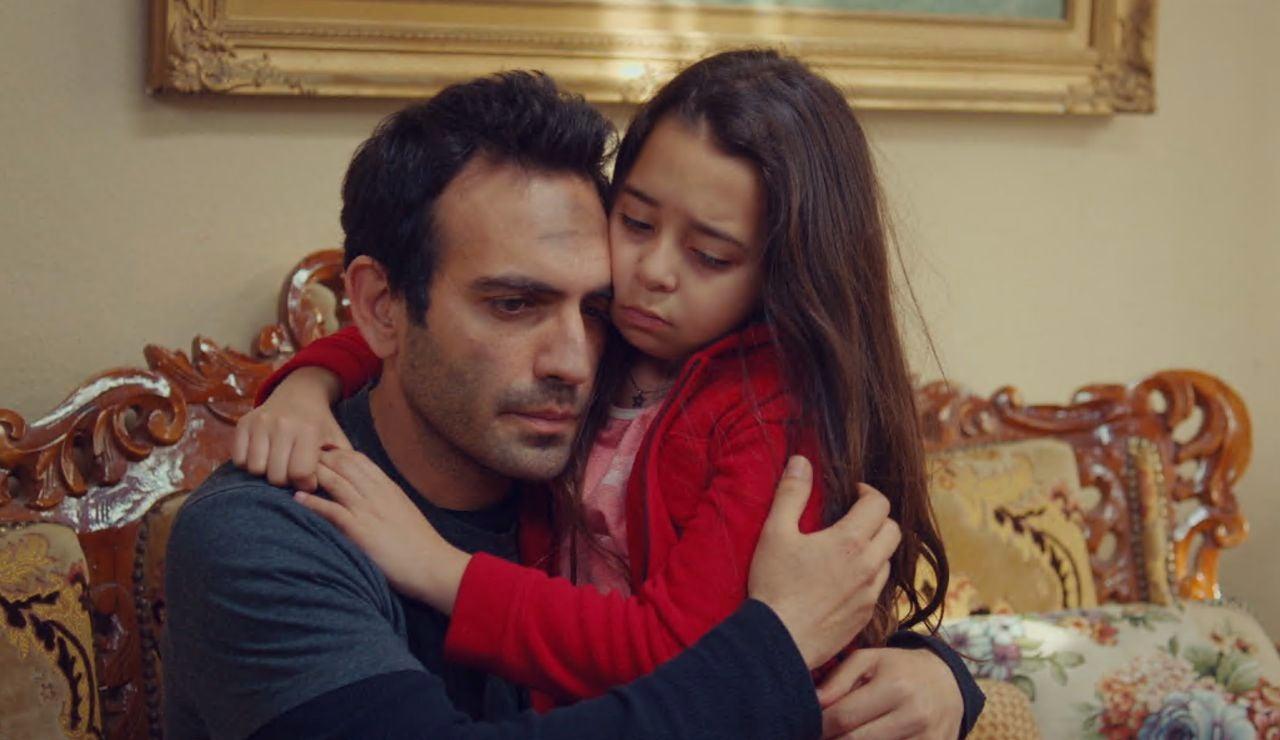 """Demir se queda sin palabras ante la pregunta de Öykü: """"¿Por qué se ha quemado nuestra casa?"""""""