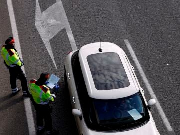 Policías de Cataluña multan a un coche