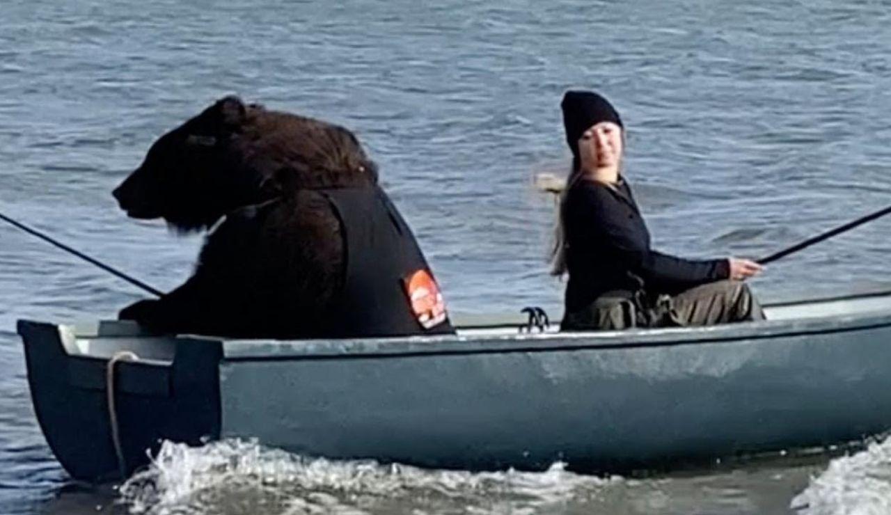 Un oso rescatado pescando con su dueña