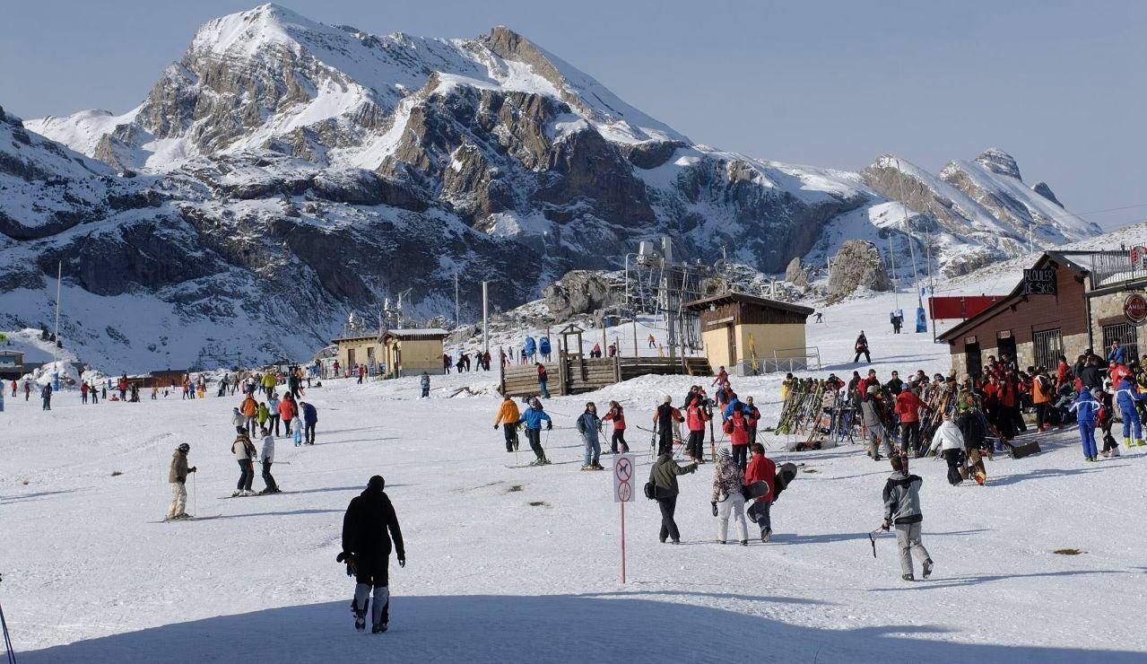 La estación de esquí de Candanchú en Candanchú en el Pirineo Aragonés, anuncia su cierre